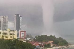 """Гігантський смерч """"атакував"""" узбережжя Малайзії"""