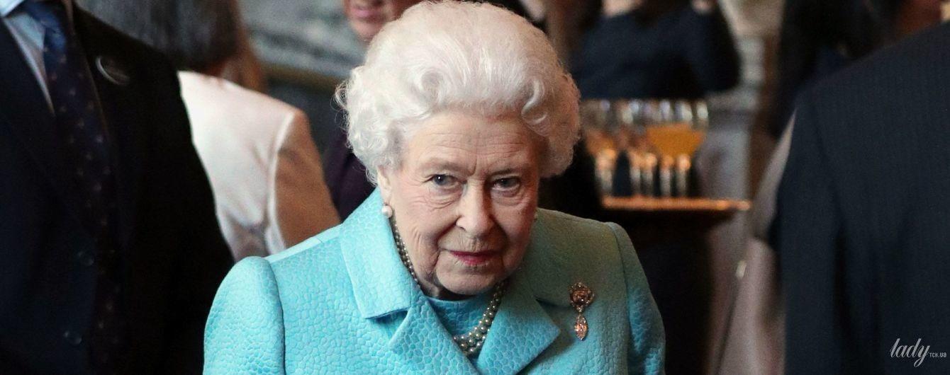 В голубом костюме и с идеальной укладкой: королева Елизавета II на торжественном приеме
