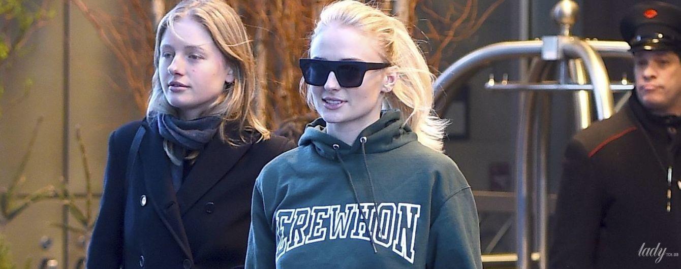 В стиле спорт-шик: Софи Тернер в меховых тапочках прогулялась по Нью-Йорку