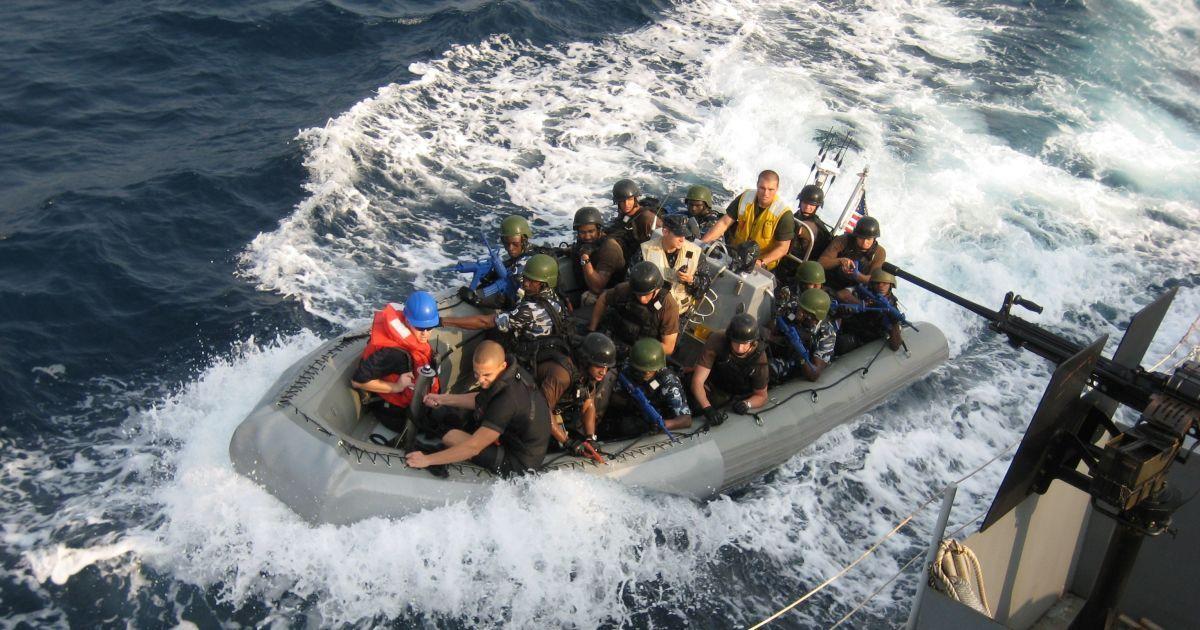 В Аравийском море пираты со стрельбой напали на британский корабль