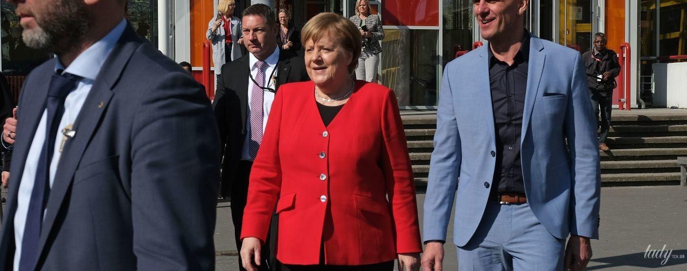 У червоному жакеті і з улюбленим намистом: Ангела Меркель відвідала школу
