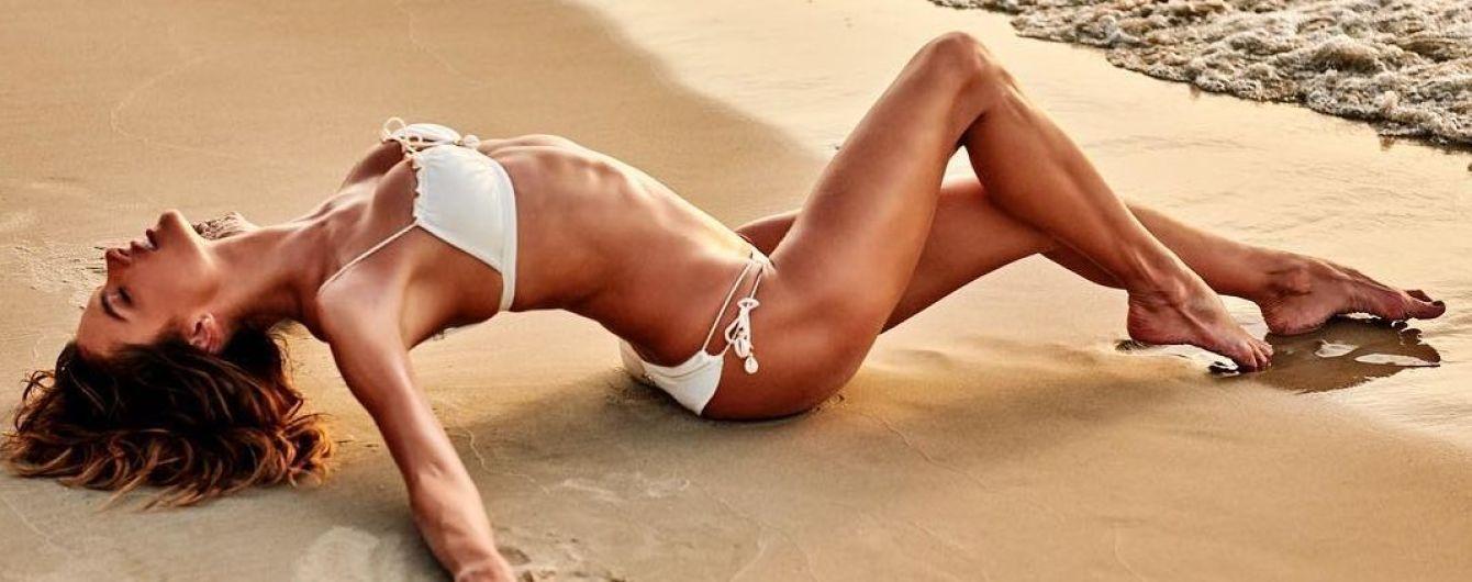 Просто богиня: Алессандра Амбросіо в білому купальнику ніжиться на пляжі