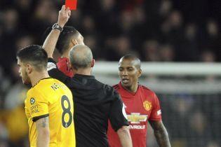 В Англии футбольный судья показал 100 красных карточек за карьеру и вошел в историю