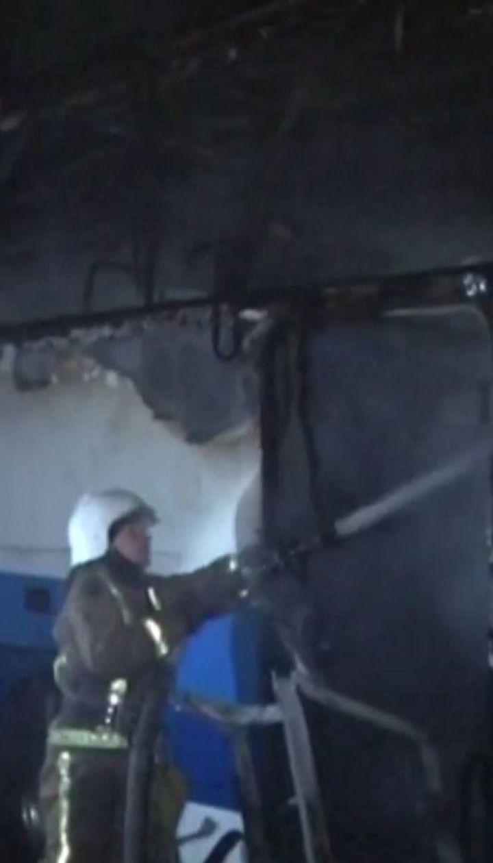 На автостоянці в спальному районі Львова згорів автобус