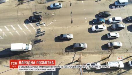 У Києві чоловік узявся власноруч малювати розмітку на набережній