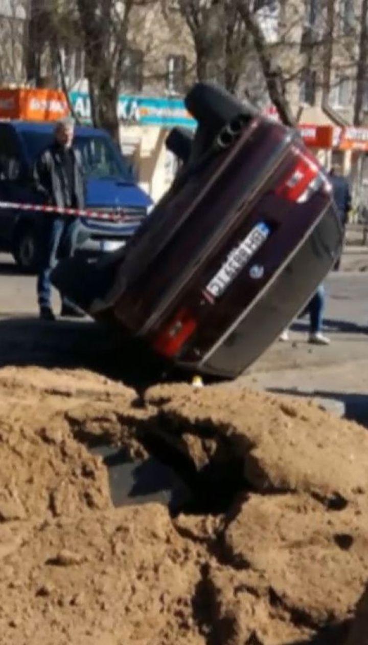 """В Одесі вибухова хвиля перекинула """"БМВ"""" і кинула на трамвайні колії"""
