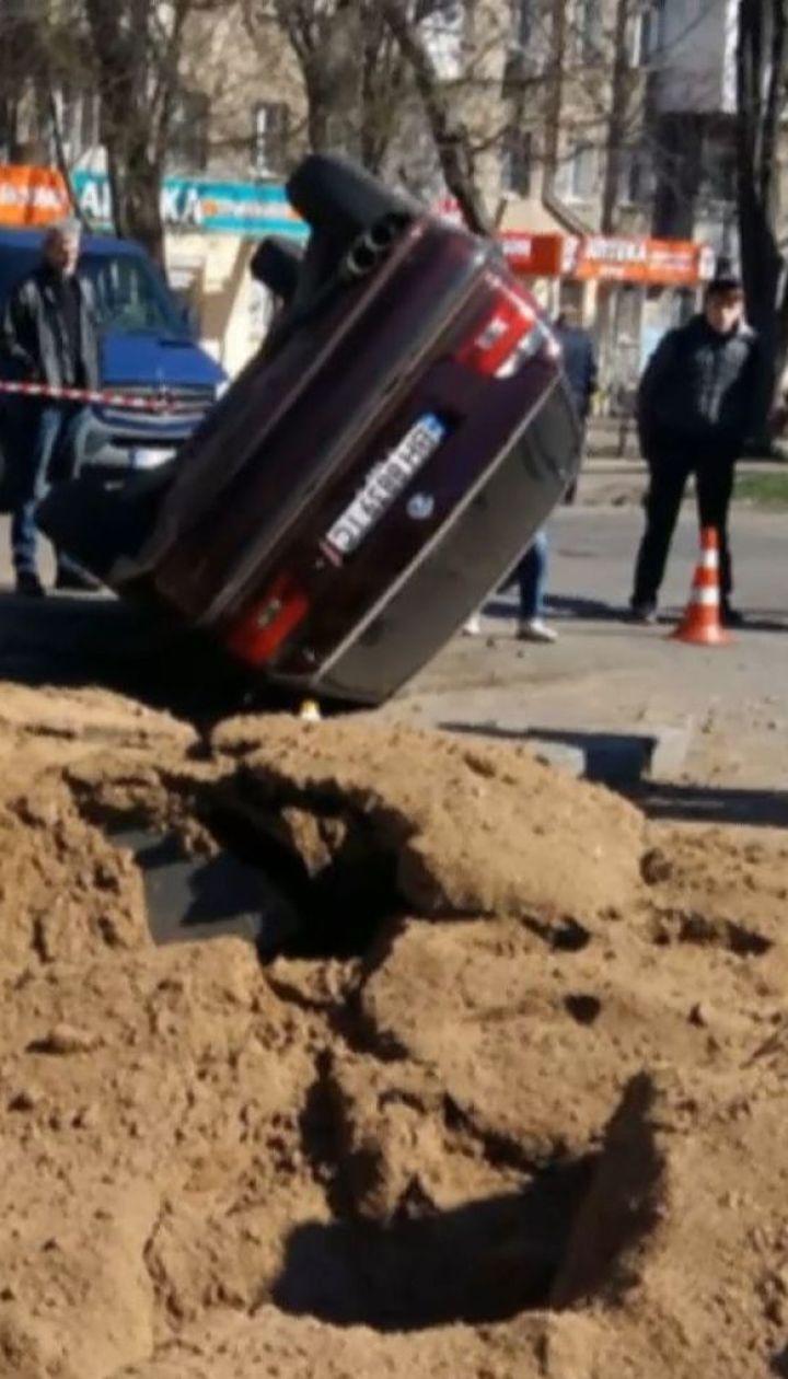 """В Одессе взрывная волна опрокинула """"БМВ"""" и бросила на трамвайные пути"""