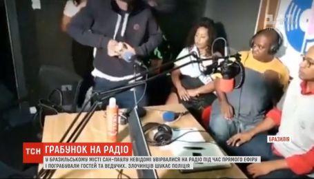 Воры напали на ведущих и гостей радио во время шоу в Бразилии