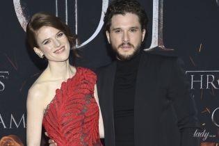 Кит Харрингтон позировал на красной дорожке с женой в дорогом платье