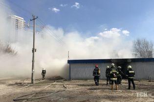 Киевлян на левом берегу напугал черный дым, который было видно за несколько километров