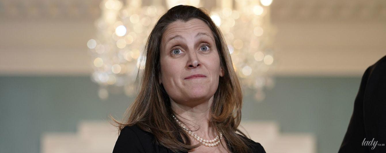 В платье-футляре и с жемчужным ожерельем: министр иностранных дел Канады на деловой встрече