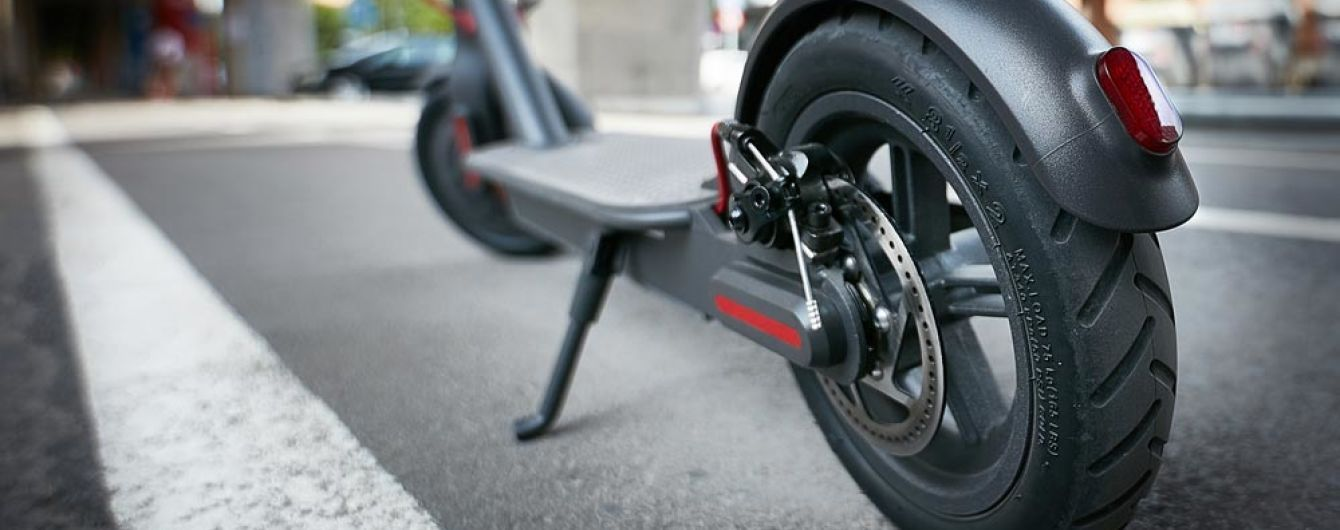 В Париже вводят штраф  за проезд на электрическом скутере по тротуарам