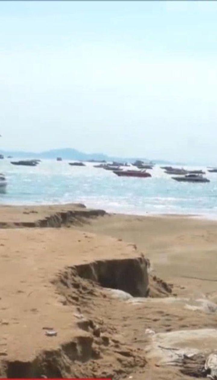 У Таїланді потужний шторм затопив дороги та повимивав ями на пляжі