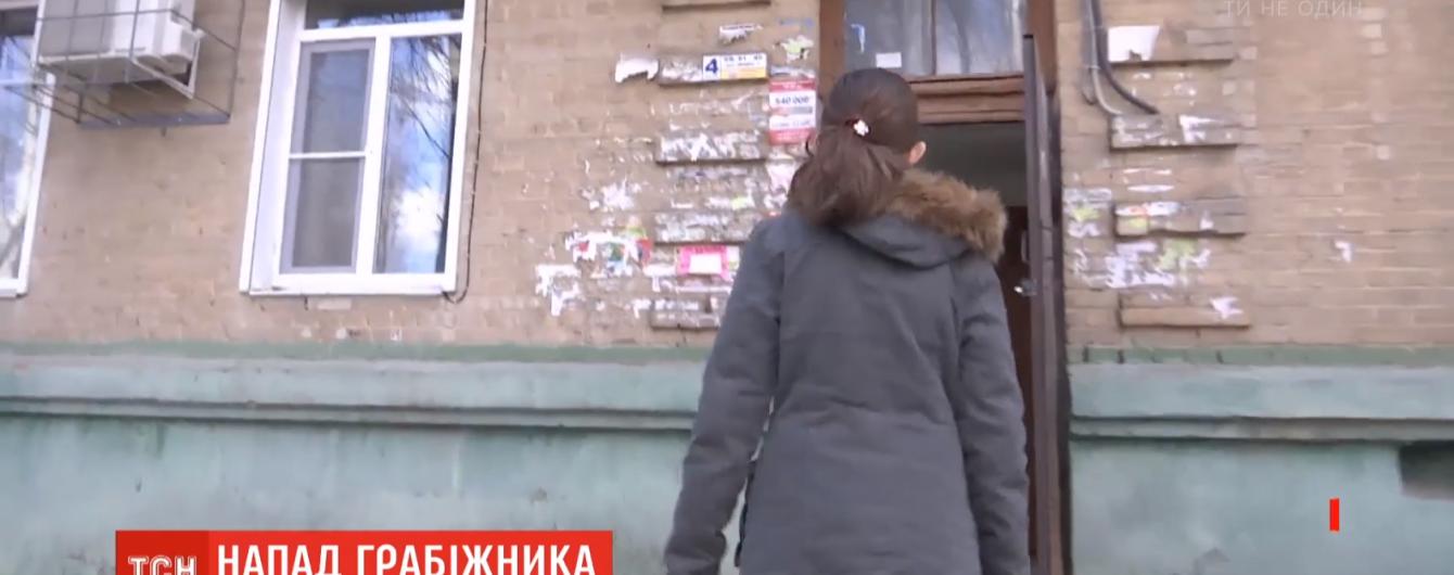 В Запорожье школьница отбилась от грабителя, который напал на нее в подъезде