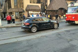 На Подоле в Киеве произошло ДТП, движение трамваев заблокировано
