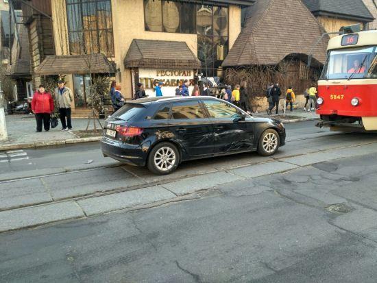 На Подолі у Києві сталася ДТП, рух трамваїв заблокований