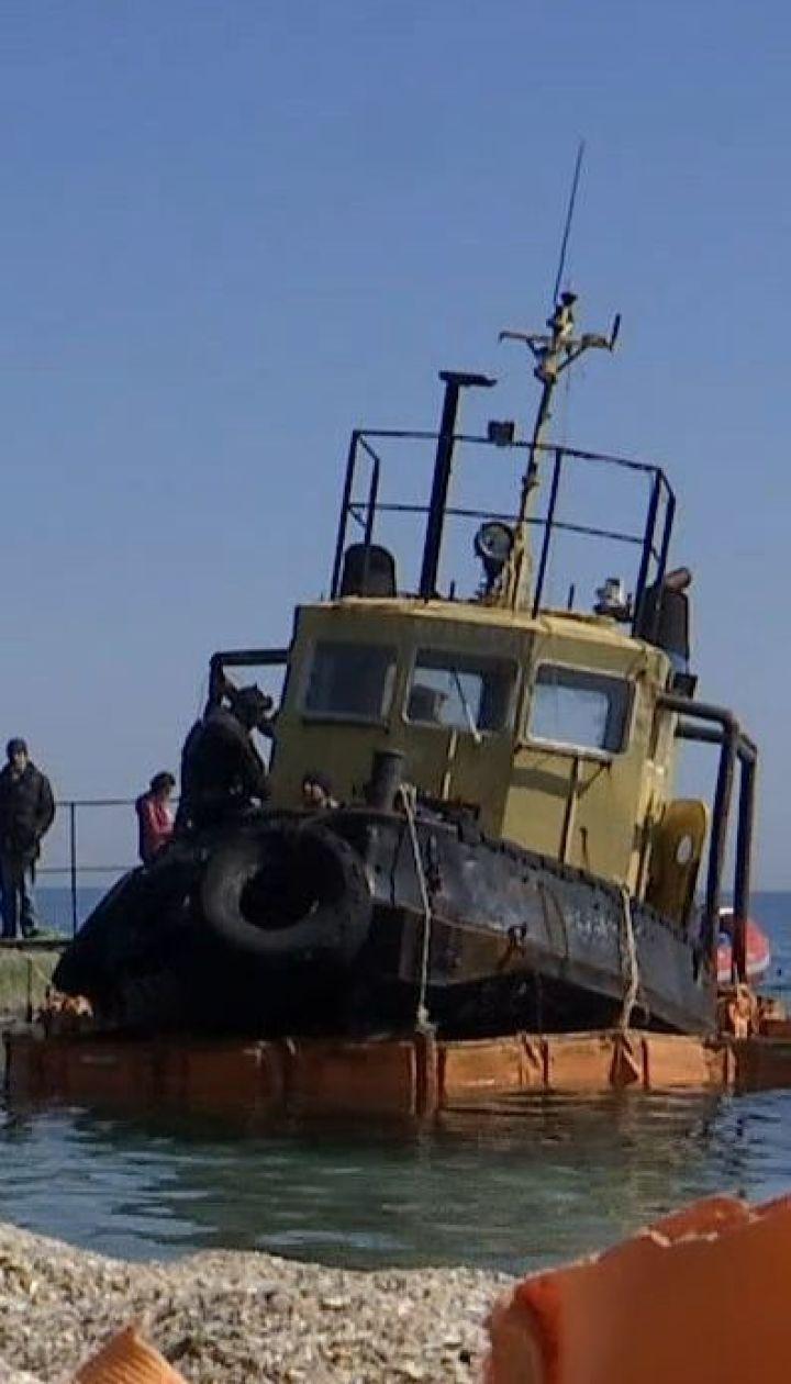 З одеського пляжу почали прибирати буксир, який прибило штормом півроку тому
