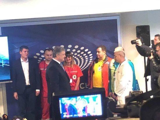 """Порошенко приїхав на """"Олімпійський"""" для здавання аналізів"""