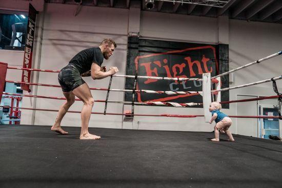 Макгрегор витягнув до рингу свого маленького синочка і отримав на горіхи