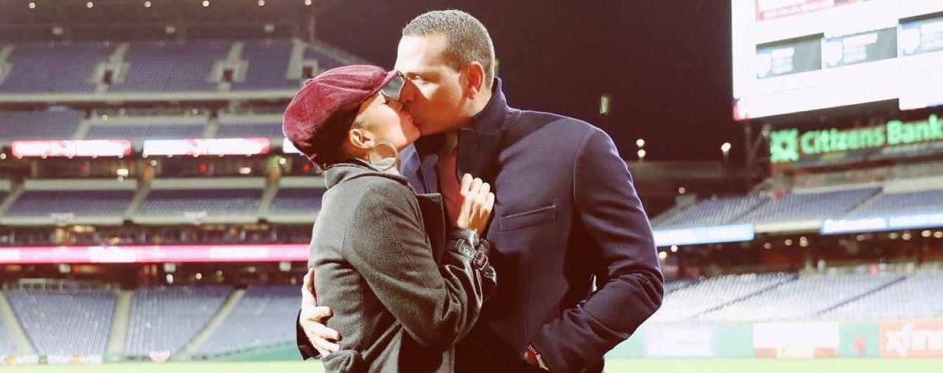 Поцелуи на бейсбольном поле: Джей Ло и Алекс Родригес сделали фото на пустом стадионе