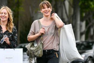В объективах папарацци: Мила Йовович засветила нижнее белье на улицах Лос-Анджелеса
