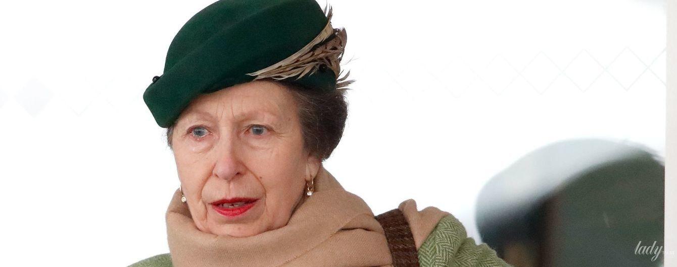 З червоною помадою на губах: принцеса Анна в елегантному образі приїхала на іподром