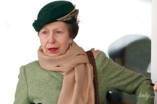 С красной помадой на губах: принцесса Анна в элегантном образе приехала на ипподром