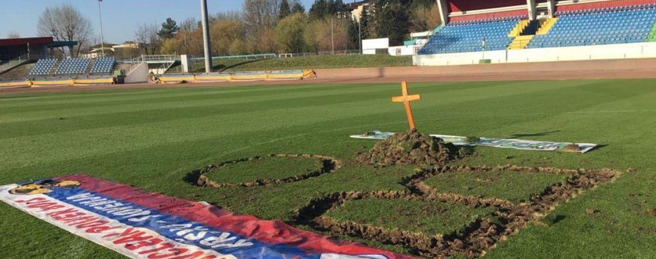 В Словении фанаты вырыли могилу на стадионе в знак протеста против боссов клуба