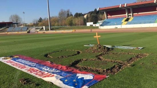 У Словенії фанати вирили могилу на стадіоні на знак протесту проти босів клубу