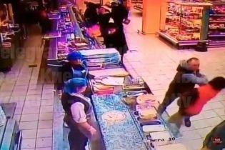 В Киеве мужчина одним ударом убил покупателя в супермаркете