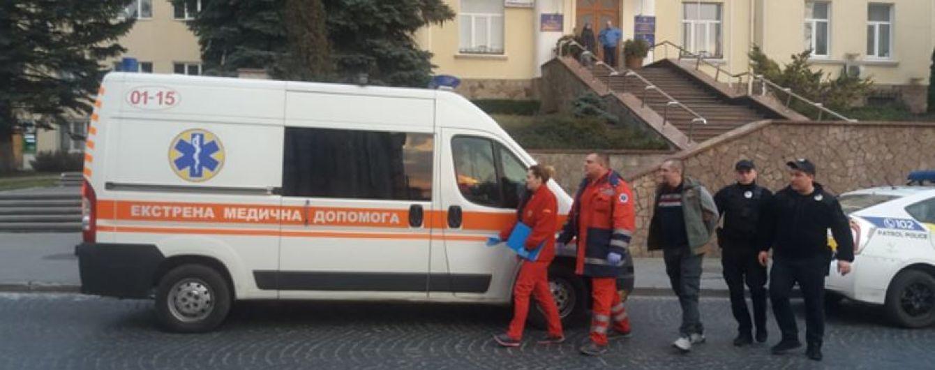 У Луцьку чоловік під міськрадою погрожував себе спалити, якщо не зустрінеться з Зеленським - ЗМІ