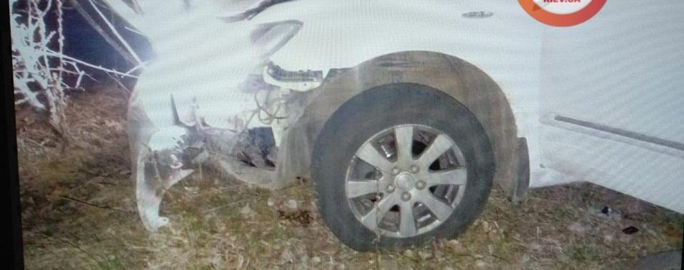 На Киевщине посреди дороги взорвался автомобиль
