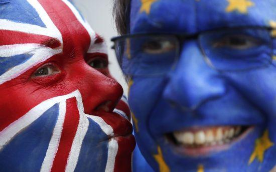 Британцям почали видавати паспорти без Євросоюзу