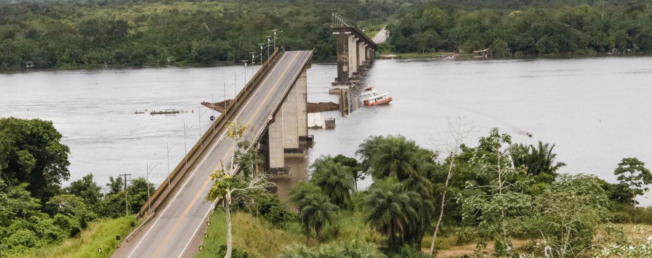 У Бразилії  через обвал мосту в річку впало два автомобілі