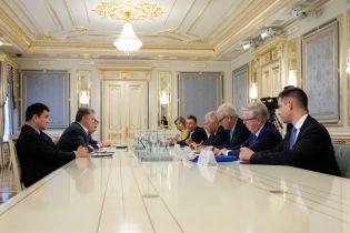 Порошенко пригласили на YES, а Зеленский встретился с Расмуссеном и Квасьневским
