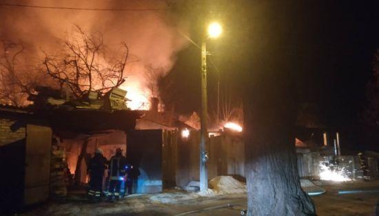 У Києві горять чотири будинки, лунають вибухи