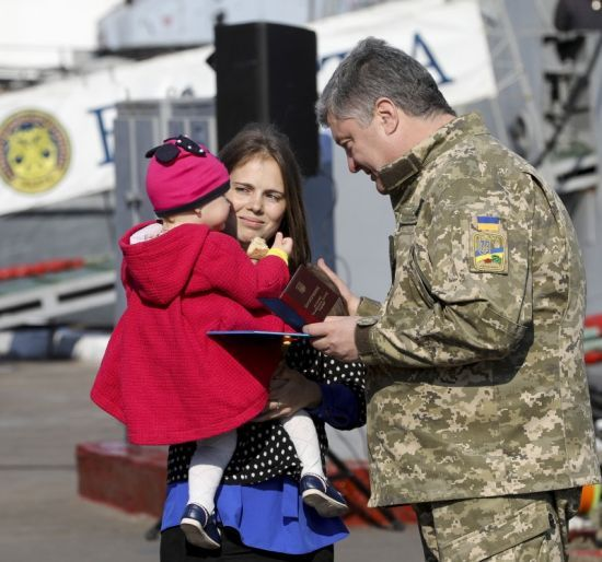 Порошенко нагородив орденами та медалями усіх полонених біля Керченської протоки українських моряків
