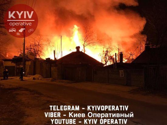 Рятувальники локалізували масштабну пожежу на Гомельській у Києві, район знеструмлено