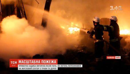 Масштабна пожежа з вибухами трапилась у Києві