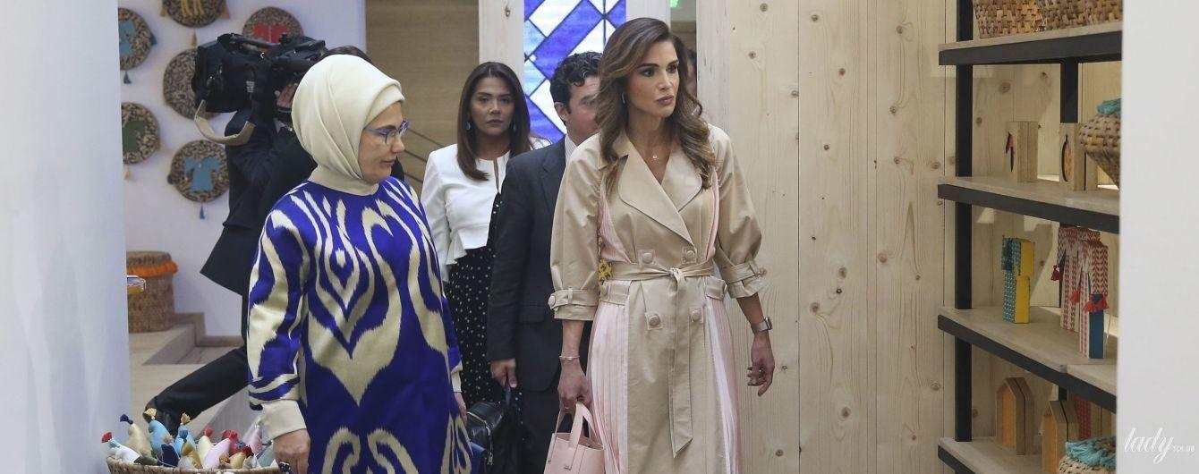 В платье-тренче: стильная королева Рания на встрече с первой леди Турции Эмине Эрдоган