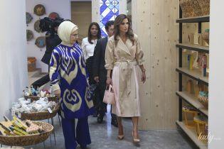 У сукні-тренчі: стильна королева Ранія на зустрічі з першою леді Туреччини Еміне Ердоган