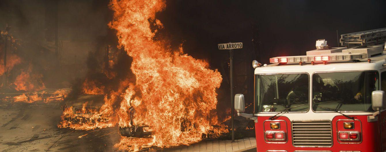 В США машина пожарных врезалась в легковушку, есть погибшие