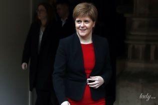В красном платье и на шпильках: первый министр Шотландии Никола Стерджен встретилась с прессой