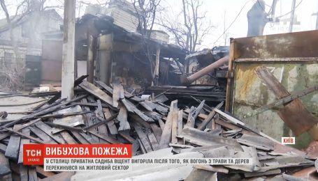 Огонь дотла уничтожил частную усадьбу в Киеве