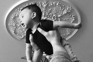"""Давно народила: """"ангел"""" Лілі Олдрідж вперше показала двомісячного сина"""
