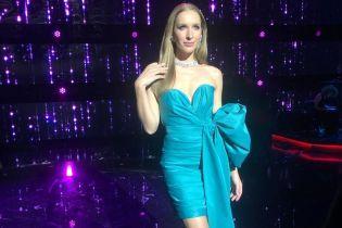 Катя Осадча продемонструвала ефектний образ у короткій сукні з пікантним декольте