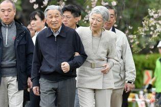 Они такие милые: император Японии Акихито с женой Митико гуляли в парке