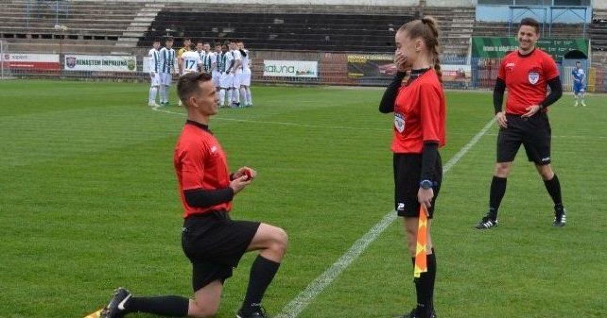Love is in the air. В Румынии лайнсмен сделал предложение лайнсмену прямо на футбольном поле