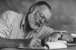 """В українському перекладі вийде роман """"Острови поміж течій"""" легендарного письменника Ернеста Гемінґвея"""