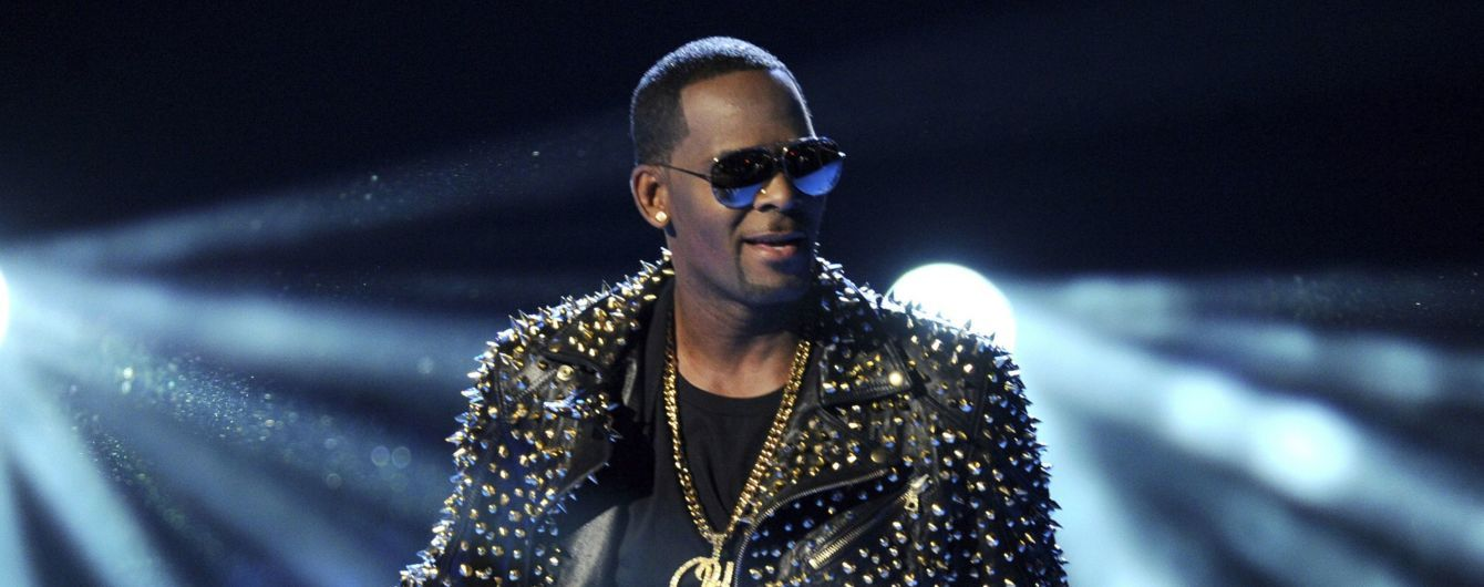 Обвиненный в изнасиловании R. Kelly дал 28-секундный рэп-концерт